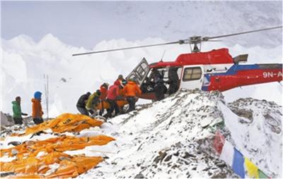 一名伤员运上救援直升机